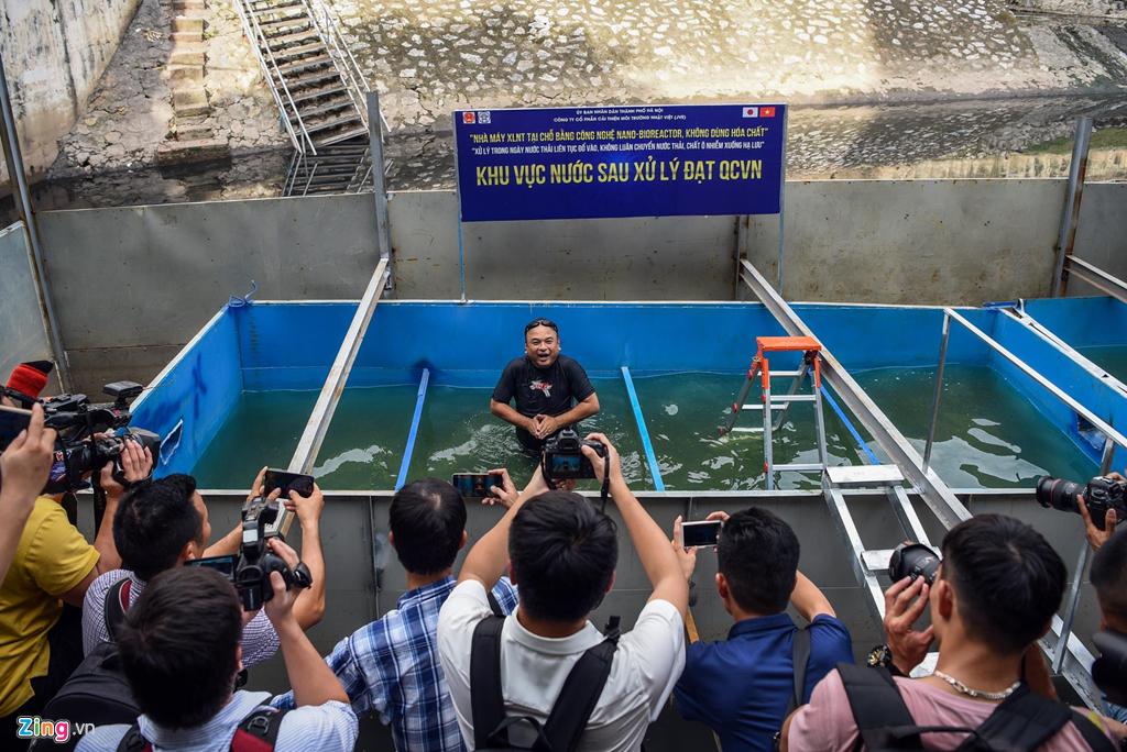 Chiều 8/8, để chứng minh hệ thống làm sạch nước sông Tô Lịch đạt tiêu chuẩn, chuyên gia Kubo Jun đã ngâm mình trong bể thành phẩm.